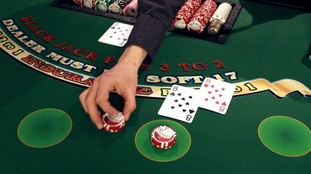 Blackjack sử dụng bộ bài gồm 52 lá